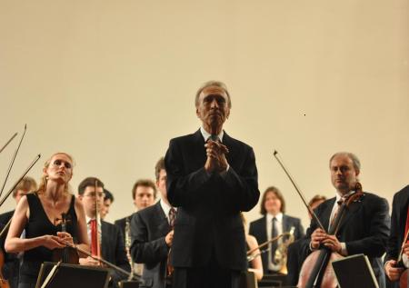 Claudio Abbado riceve l'applauso del pubblico aquilano